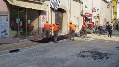 employés municipaux au travail pour le nouveau trottoir de vinassan