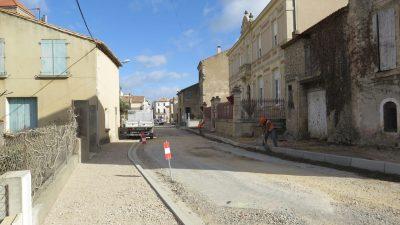 ouvriers au travail dans les rues de vinassan