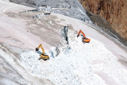 Exavators digging up ice from a glacier - for WWF Austria, Pitztal / Austria 2019.