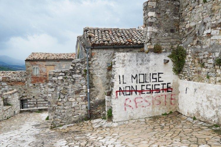 Graffiti in Civitacampomarano of Il Molise Non Esiste REsiste