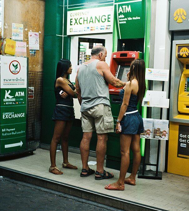 kak snimayut dengi s bankomatov v raznyx stranax mira_vinegret (1)