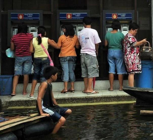 kak snimayut dengi s bankomatov v raznyx stranax mira_vinegret (9)