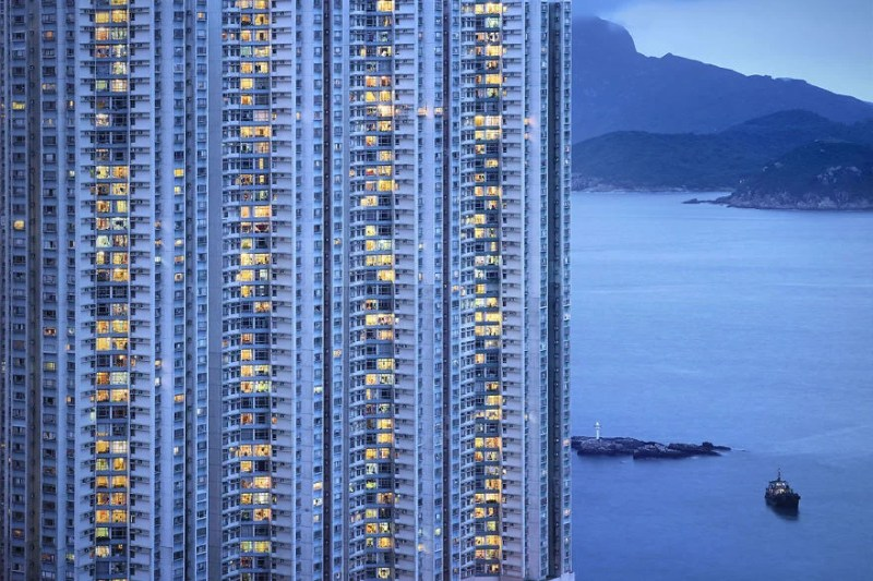 Contemplating-the-blue-moment-in-Hong-Kong-vinegret (6)