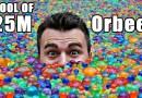 Видео: Что произойдет с человеческим телом, если его погрузить в бассейн, наполненный 25 млн. мячиками с водой?
