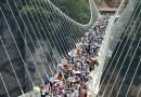 Тысячи туристов устремились на открытие самого высокого и самого длинного стеклянного моста с прозрачным дном в Китае.
