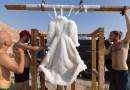 Художница 2 года продержала платье в Мертвом море, чтобы превратить его в свой шедевр из соли.