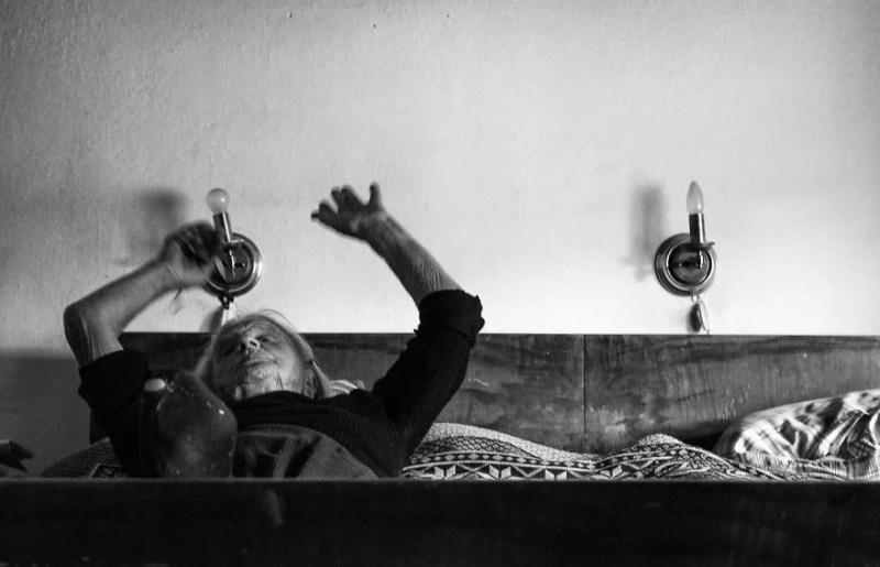 fotograf-pokazala-odin-den-iz-zhizni-svoej-babushki-vinegret-31