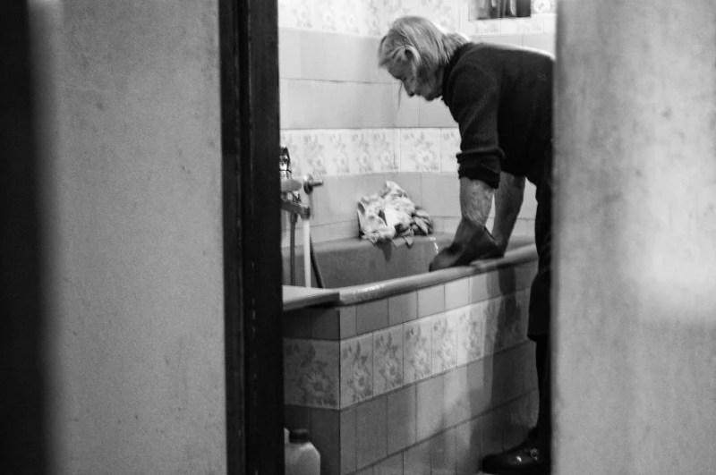 fotograf-pokazala-odin-den-iz-zhizni-svoej-babushki-vinegret-7