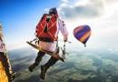 Видео: Парашютисты покатались на качельке, привязанной к воздушному шару, на высоте 1800 метров.