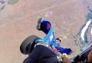 Видео: Вингсьютер зацепился за шасси самолета, с которого осуществлял прыжок.
