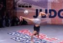 Вы, скорее всего, даже не догадывались, что с футбольным мячом можно делать такое! [Видео]