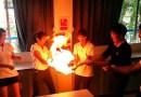 Видео: Передача огня из рук в руки по живой цепочке.