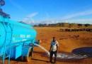 Каждый день, в засуху, этот человек проводит несколько часов за рулем, чтобы обеспечить диких животных водой.