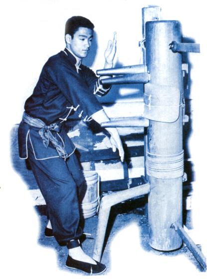 Võ sư Lý Tiểu Long tập luyện cùng mộc nhân