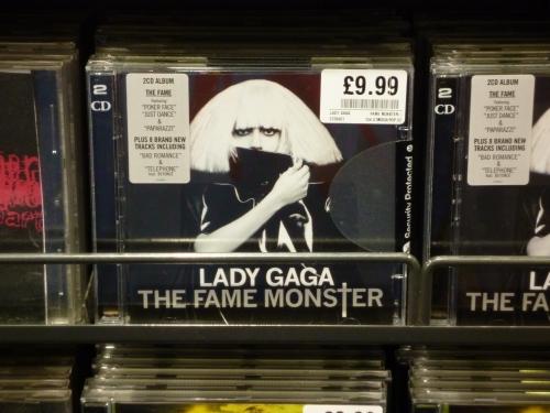 Lady Gaga 的专辑卖的算是卖的比较贵的了,一张9.99镑,毕竟她的专辑卖的很火,即使高价也能卖掉