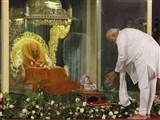 pramukh swami--Modi respect