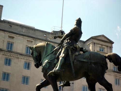 仔细看这位国王的手指正指着一直鸽子,那只鸽子是碰巧飞到雕像上的