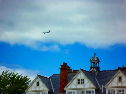 在校区拍到一架飞机掠过屋顶