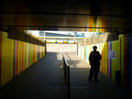 一个过街通道,彩色的墙壁感觉像时光隧道一样,那个胖子是我室友