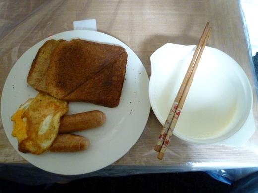 这是早餐。面包不是被烤焦了,那是面包头,本来就那个样