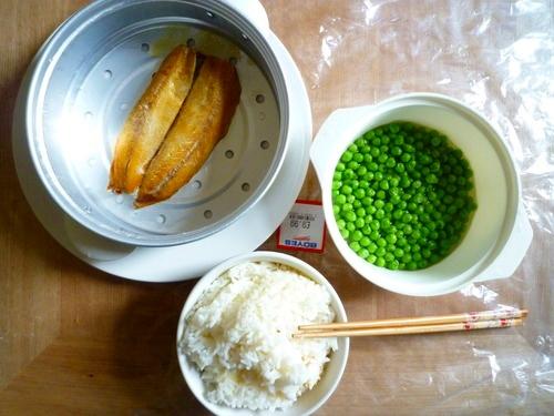 自己懒了就去超市买一袋鳗鱼蒸了,配上点豌豆