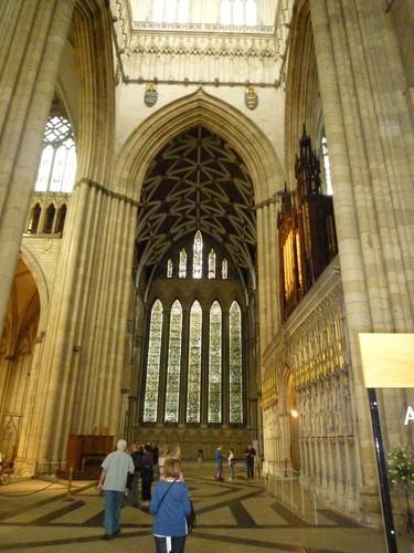 大教堂的内部,巨大的花窗玻璃,这次去没有进入教堂游览,下次再好好看