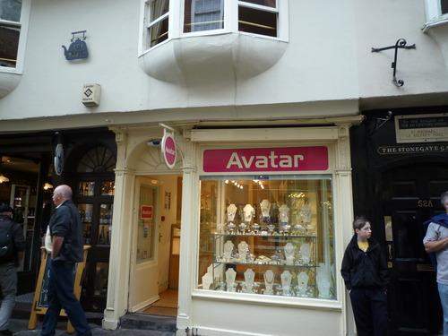 """离开教堂进入步行街,第一眼看到的就是这家叫""""阿凡达""""的商店"""