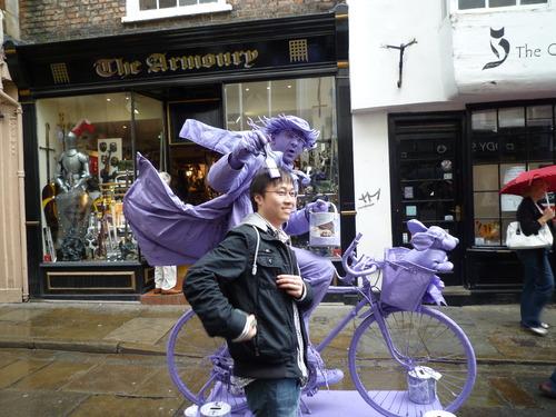 街头雕塑的艺术家,给他一些零钱,他陪我照了张合影
