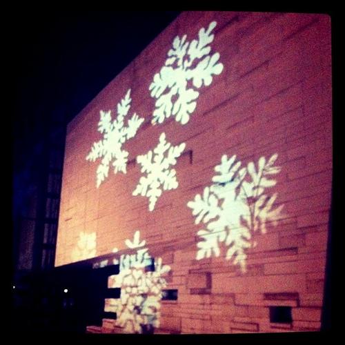 Mima艺术馆墙上的雪花投影