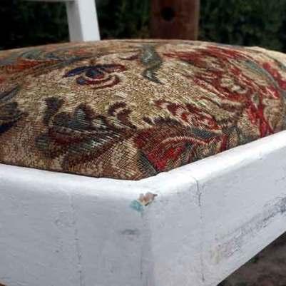 Sitzfläche mit altem Polster. Der Stuhl wurde zuvor geschliffen, lackiert und mittels Schleifpapier dem vintagelook zugeführt...