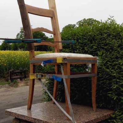 geleimter Stuhl mit Schraubzwingen und Spanngurten