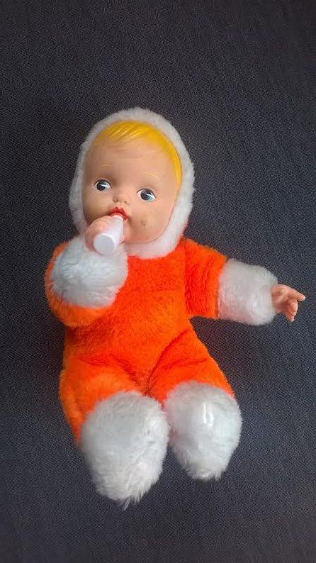 poupée en fourrure orange vintage marque Bergère de France avec un biberon