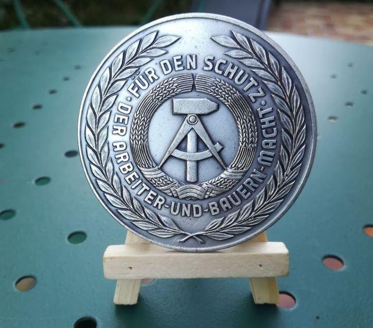 """Médaille de la RDA - Avec la mention """" Für den schutz - Der Arbeiter und Bauern macht """""""