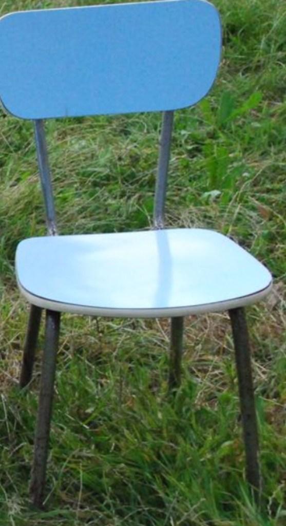 Chaise bleue en formica