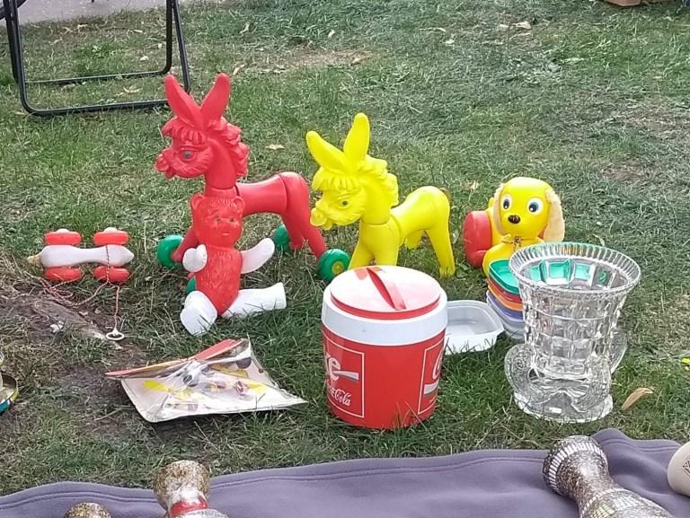 Brocante en Belgique des ânes en plastique