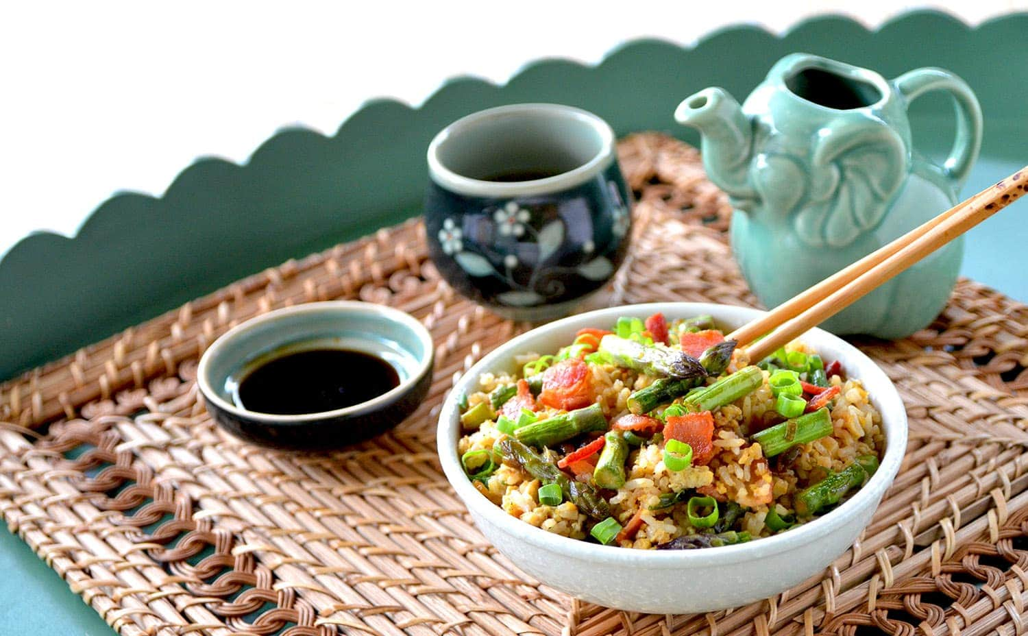 This Breakfast Fried Rice has the good stuff in there....bacon and eggs and best of all, this recipe is easy, fast and only requires 7 simple ingredients. | vintagekitty.com