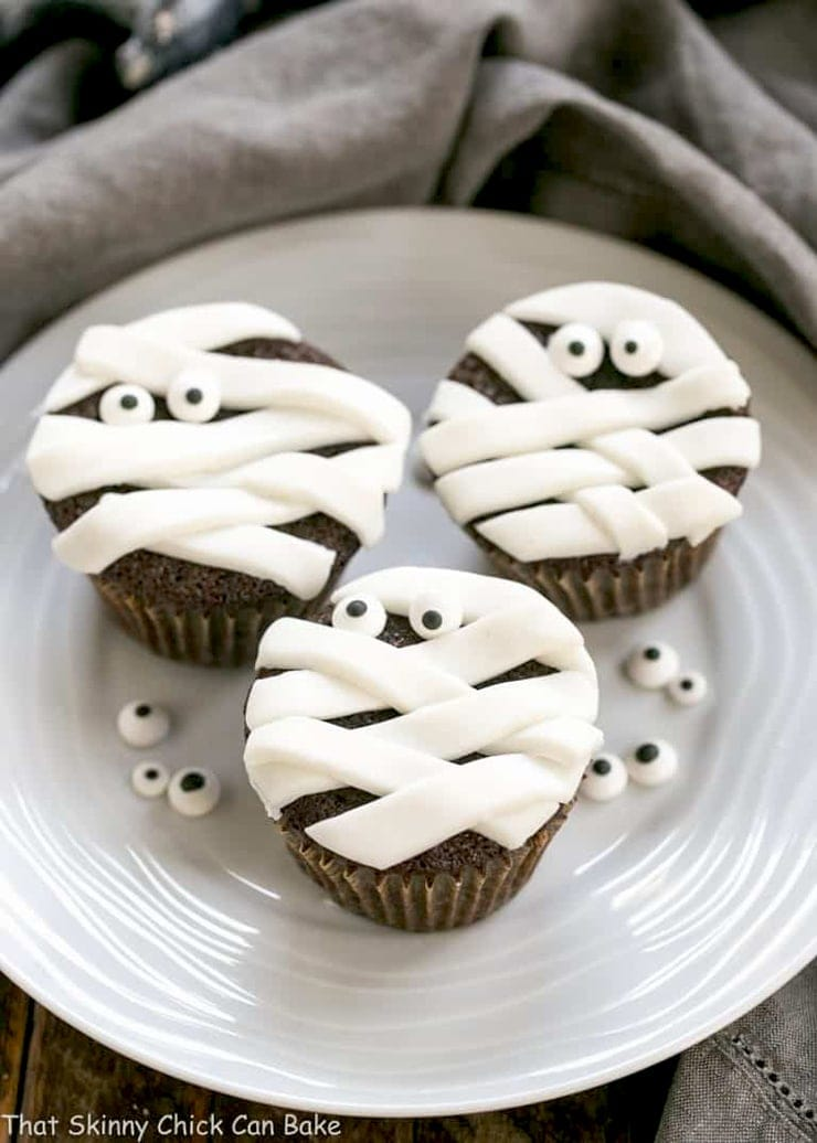 Chocolate Mummy Cupcakes- Ghoulishly Good! #Halloween Party Recipes and Ideas