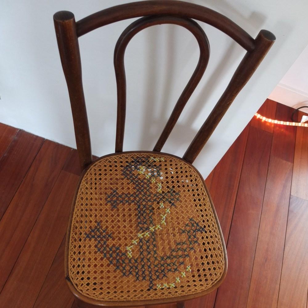 Chaise de bistrot ancienne, cannage et point de croix - l'ancre.