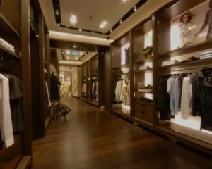 Reforma de tienda con pavimento de madera