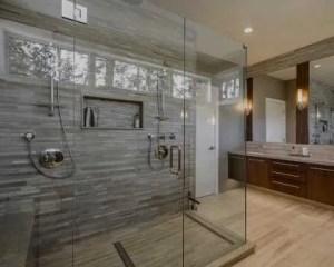 Sustitución de bañera por plato de ducha baño con piso de madera