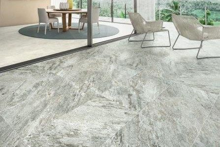 Aplicação de mosaico em pedra.