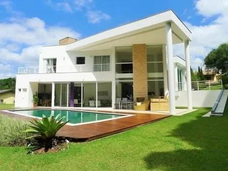 Constru o de casa moderna com piscina e deck de madeira for Casa moderna vintage
