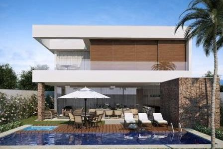Construção de moradia de luxo com piscina e deck de madeira.