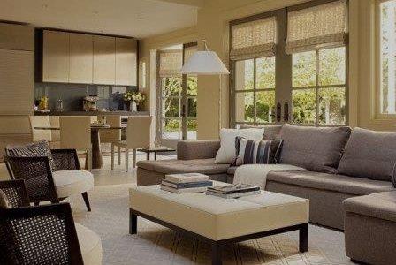 Decoração de sala de estar com boa iluminação natural.