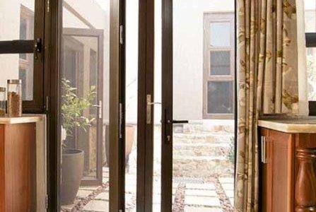 Caixilharia: porta em alumínio a imitar madeira.