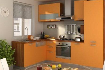 Remodelação de cozinha pequena com móveis termolaminados.