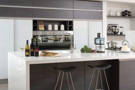 Remodelação de cozinha por medida com alguns móveis lacados e outros revestidos a melamina.