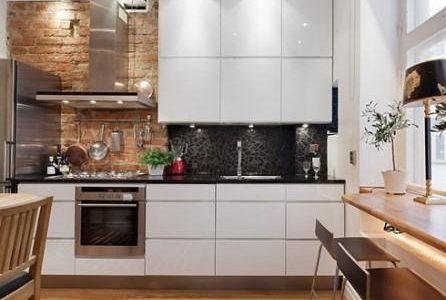 Remodelação de cozinha por medida com móveis lacados.