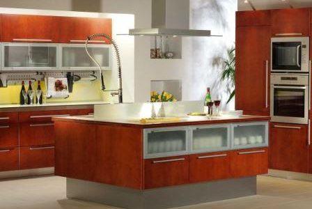 Remodelação de cozinha por medida com móveis revestidos a melamina.