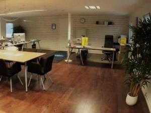 Remodelação de escritório com espaço para reunir.